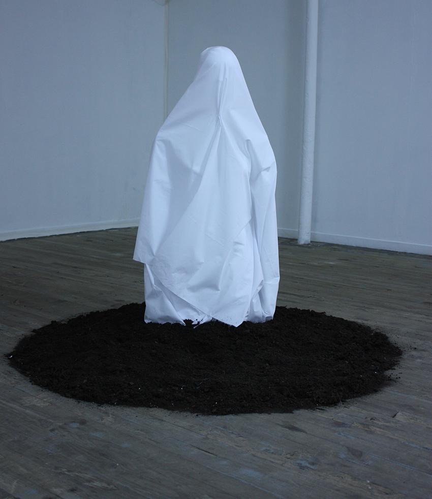 2010 Vue de l'exposition Bad Romance Salle n°4 Stoning scene 01